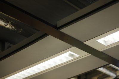 Plafondpanelen grijs Humanity Hub kantoor verlichting
