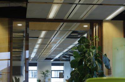 Plafondpanelen grijs Humanity Hub kantoor
