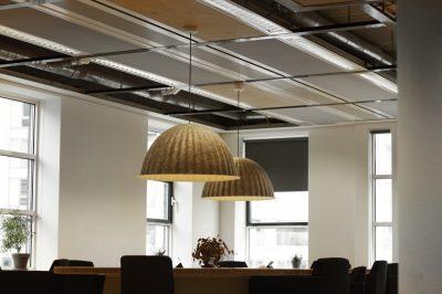 Plafondpanelen grijs Humanity Hub kantoor lampen